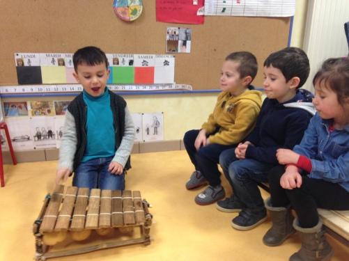 Enfant joue Balafon .JPG